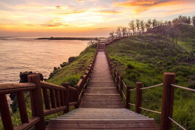 Đường đi vào Bãi Cột Đá trên đảo Jeju