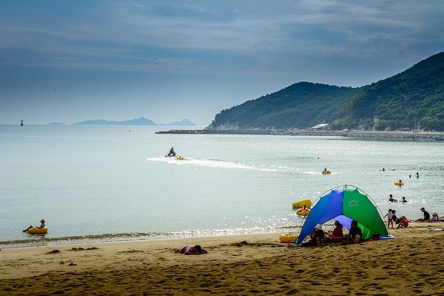 Bờ biển của đảo Deokjeokdo
